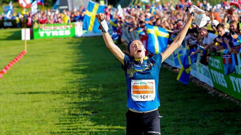 En jublande Tove Alexandersson korsar mållinjen och vinner långdistansen på orienterings-VM i Norge.