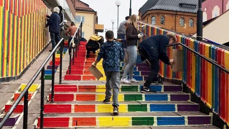 Regnbågstrappan i Falun målas av fler personer