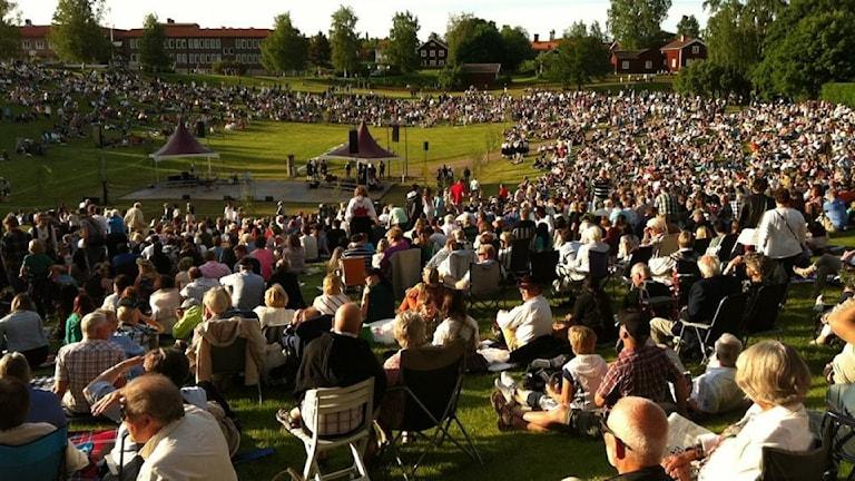 Massor av människor i Gropen i Leksand för att fira midsommar.