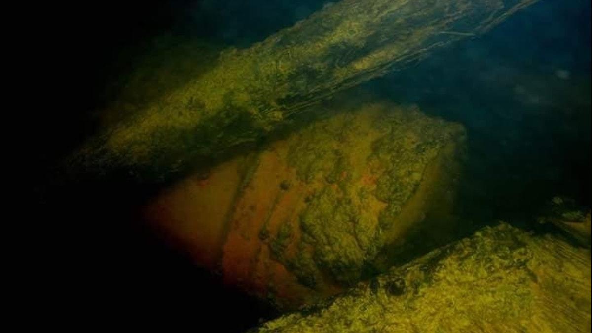 De dumpade oljetunnorna i Österdalälven som legat där sen 90-talet.