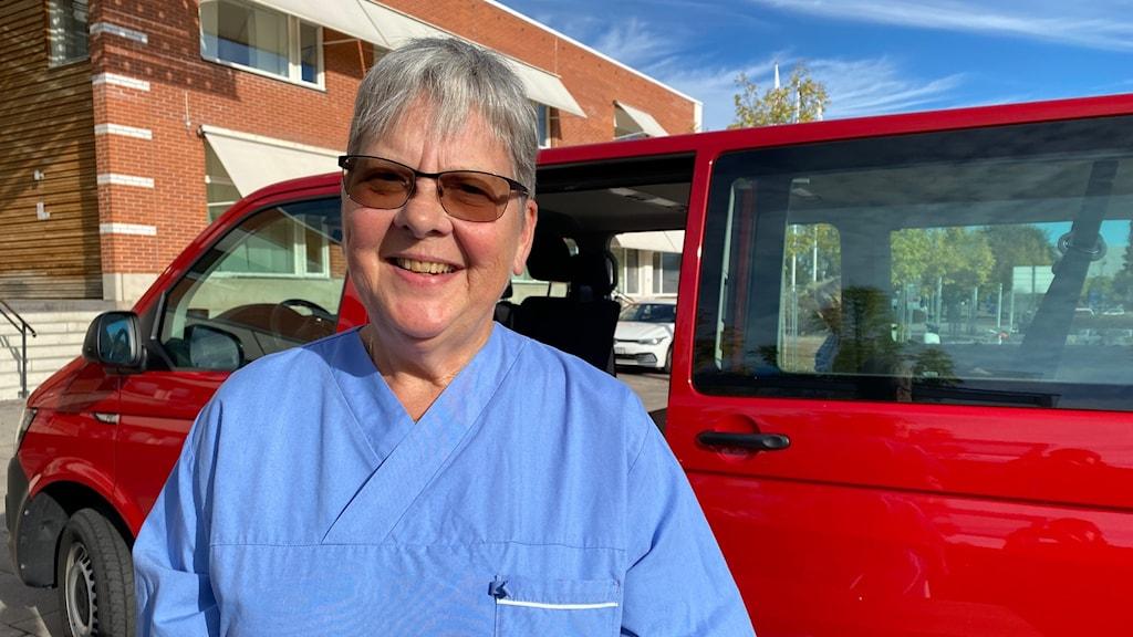 Lizzy Magnusson är en av tre sjuksköterskor som vaccinerar