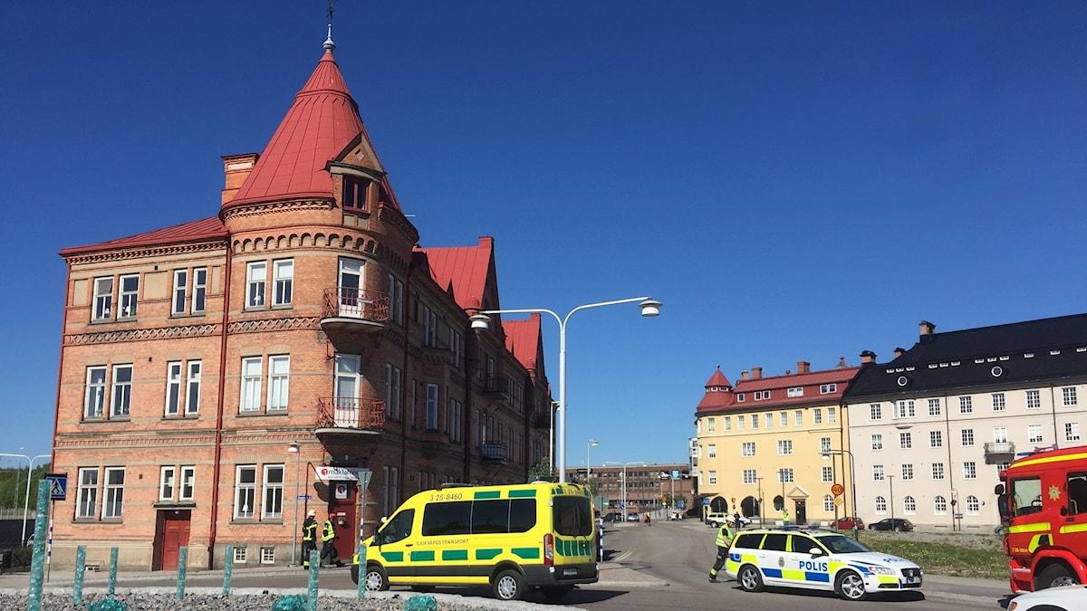 Ambulans, polisbil och brandbil på en gata i Falun.