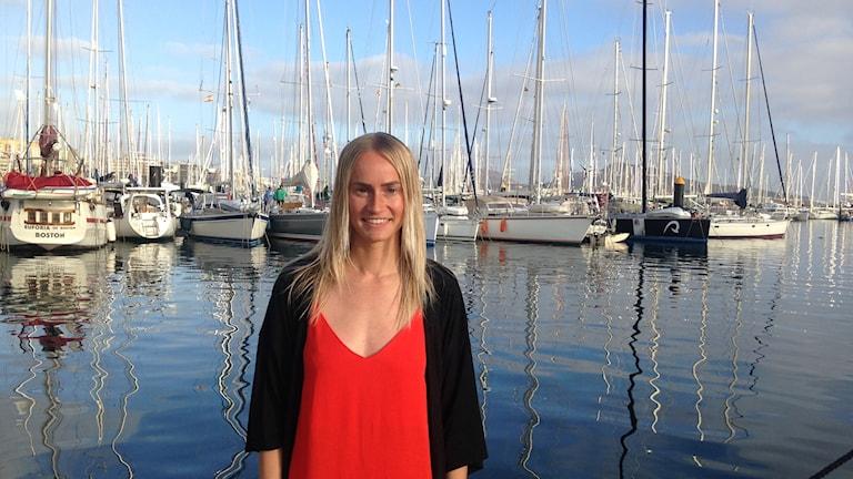 Emelie Knuts står på en brygga vid en marina i Las Palmas.