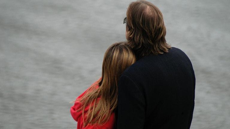 Ett par som håller om varandra