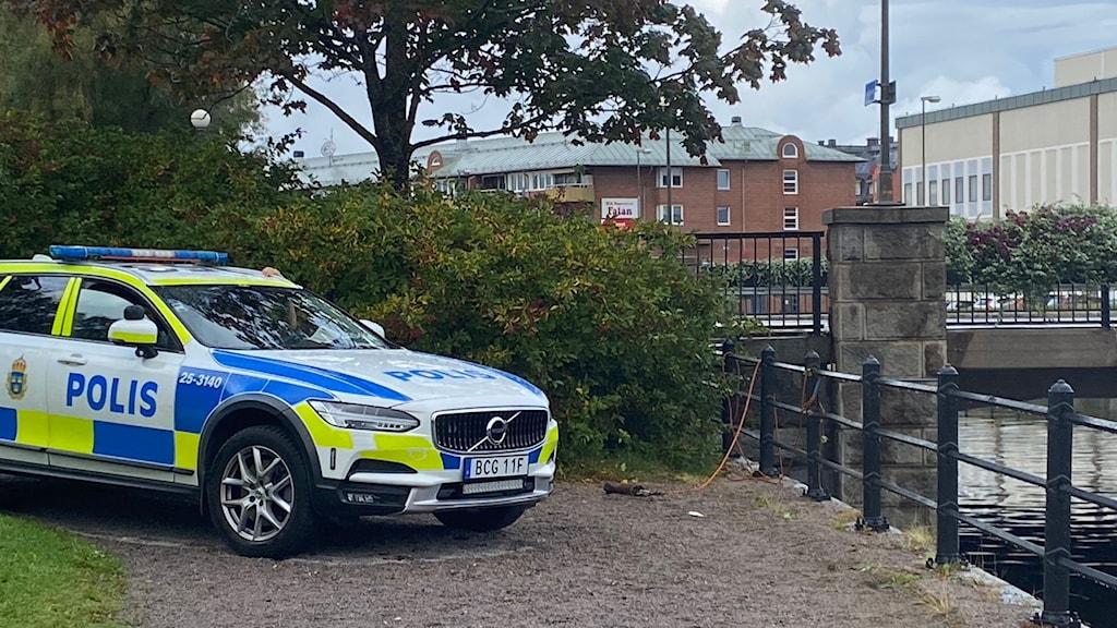 Fotot visar en polisbil vid Faluån