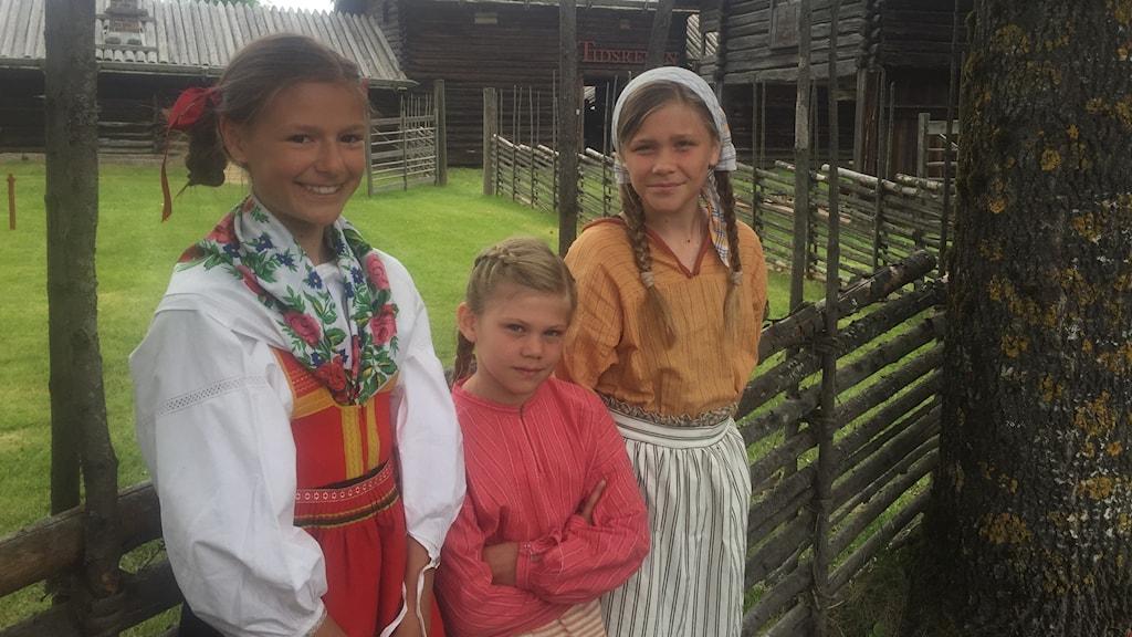 Maria Cederlund, Svea Cedervall och Selma Cedervall jobbar under Tidsresan vid Zorns Gammelgård i Mora i sommar.