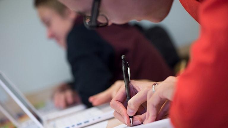 En elev som skriver