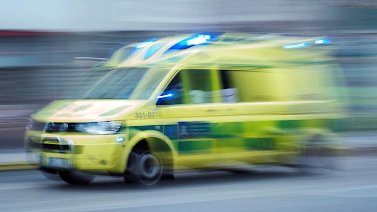 Bild med rörelseoskärpa på ambulans som åker fort.
