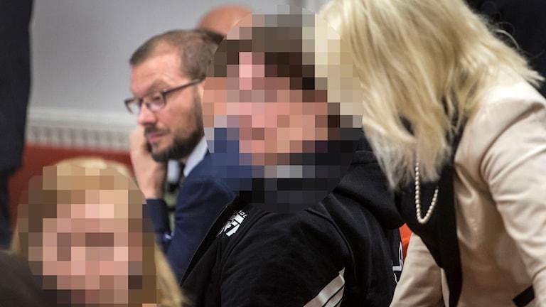 En pixlad bild på två av de åtalade.