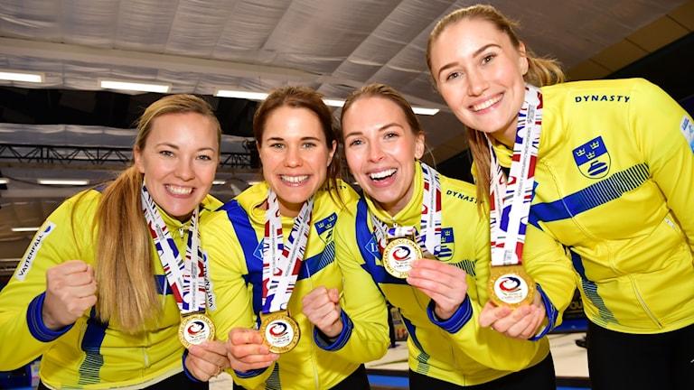 Sara McManus, Anna Hasselborg, Sofia Mabergs och Agnes Knochenhauer med guldmedaljerna efter segern i damernas final i curling-EM