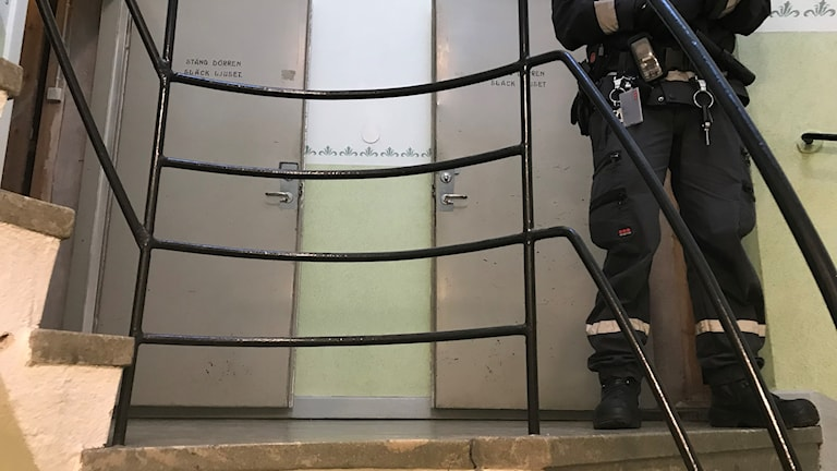 En polis står i en trappuppgång i Avesta.