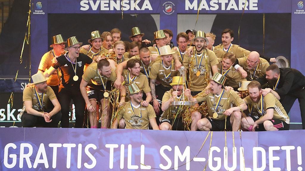 Guldklädda innebandyherrar firrar att de är svenska mästare.