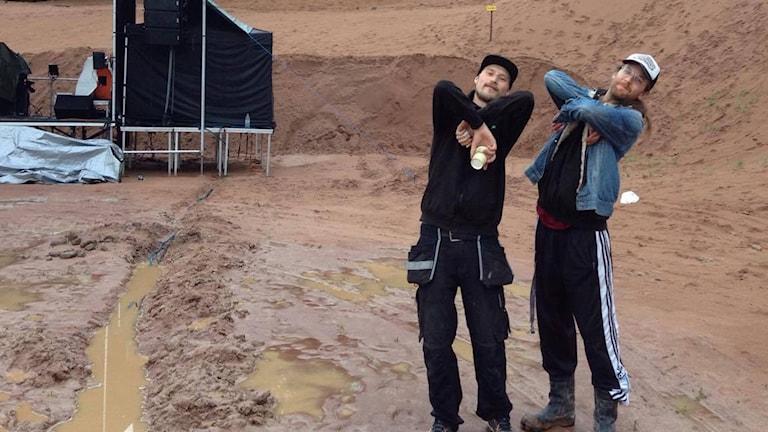 Patrik och Gustav som är arrangerar står i sandgropen i Leksand