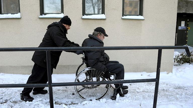 Problem med utebliven och försenad färdtjänst finns fortfarande kvar, enligt handikappföreningarna i länet.
