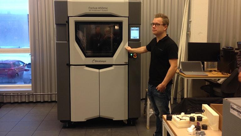 En 3D-printer installeras på Högskolan Dalarna.