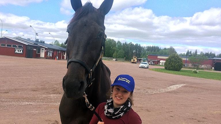 On Track Piraten, här med sin skötare Maja Bäckman.