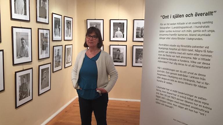 Marie Lennestig vid utställningen på Mentalvårdsmuseet