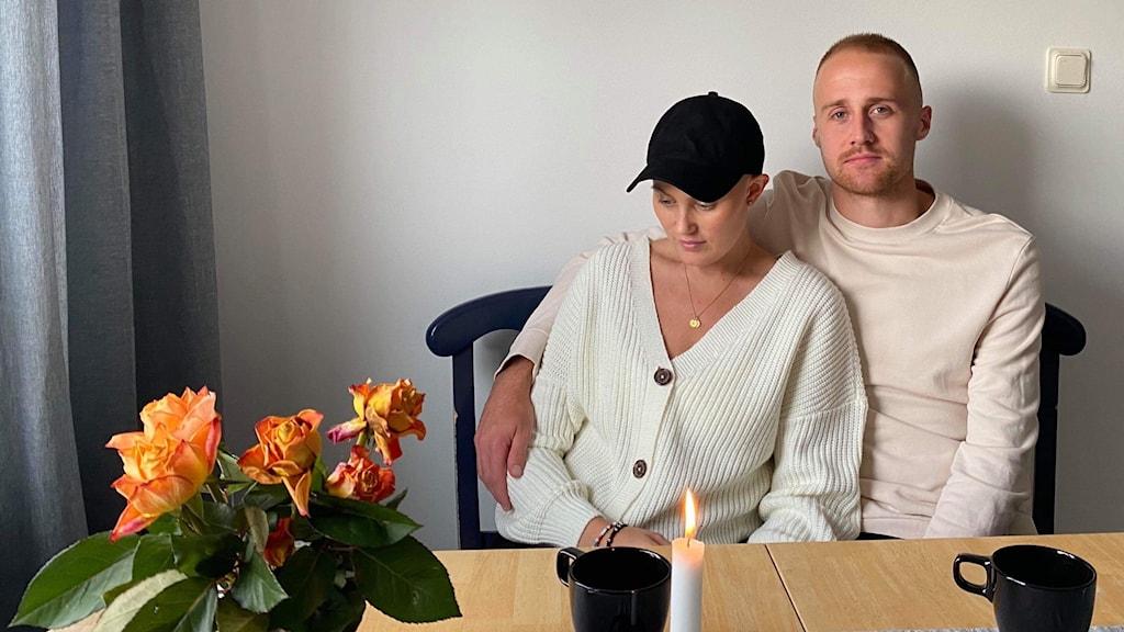 En man och en kvinna som sitter vid ett köksbord.