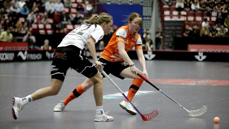 Moras Amanda Larsson och IKSU:s Emelie Wiborn i kamp om bollen i SM-finalen i Malmö arena. Foto: Drago Prvulovic/Scanpix.