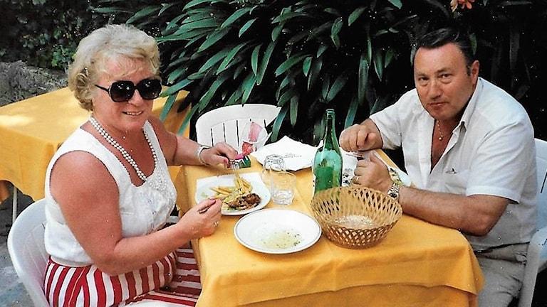 Lillemor Helander och Karl-Otto Bergfeldt sitter och äter mat