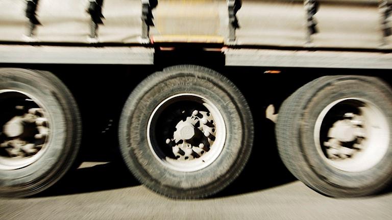 Lastbilen transporterade ägg och stora mängder har rullat ut på vägbanan. Foto: Scanpix