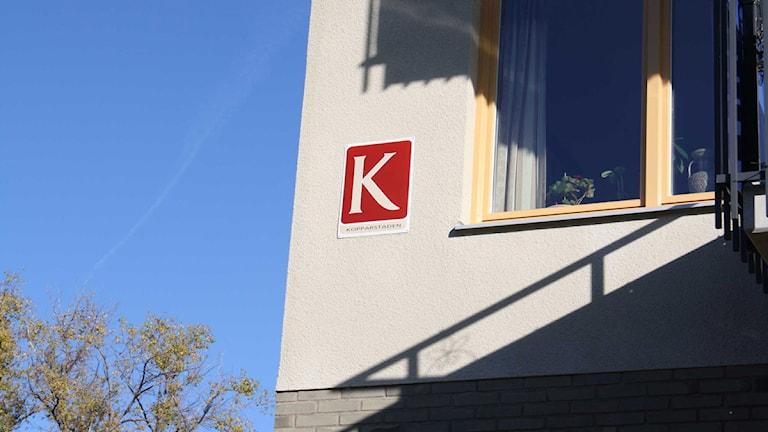 En fasad med det kommunala bostadsbolaget Kopparstadens logga på.