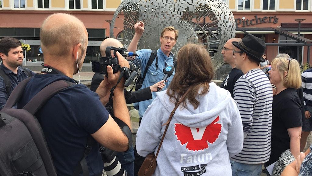 Abortmotståndaren Mats Selander i diskussion med motdemonstranter i Borlänge.