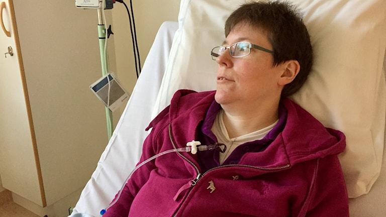 Sara Jonsson i en sjukhussäng på infektionskliniken på Falu lasarett.