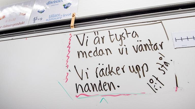 En whiteboard i ett klassrum