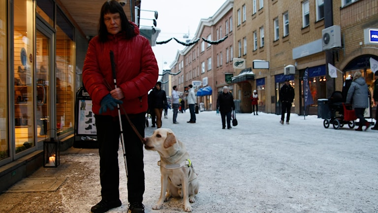 Annika Östling och hennes ledarhund Spike Foto Kerstin Edquist.
