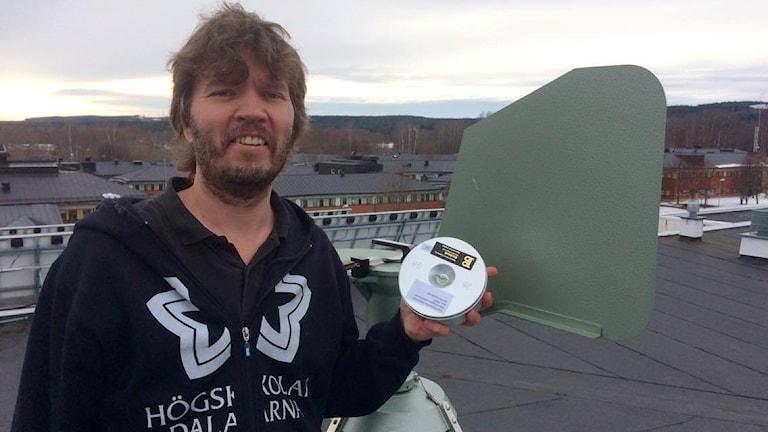 Roland Hensby, vaktmästare på Högskolan Dalarna hämtar pollentejpen flera gånger i veckan.