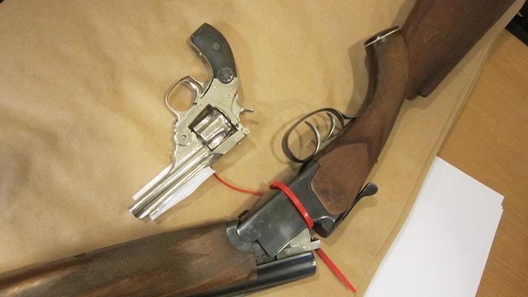 Jaktgevär och pistol är exempel på vapen som lämnas in under en vapenamnesti.