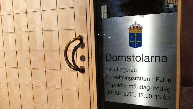 """En dörr och en skylt med texten """"Domstolarna"""""""