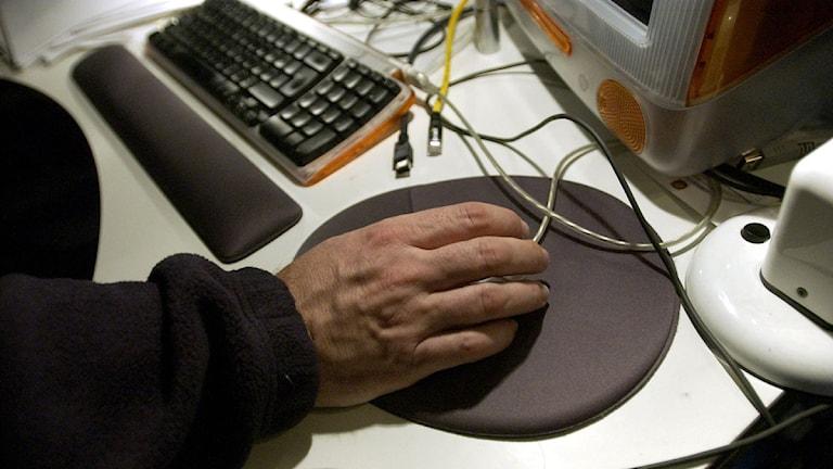 En hand på en datormus.