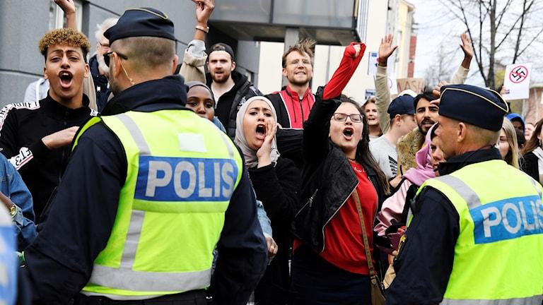 Motdemonstranter på plats när den nazistiska organisationen Nordiska motståndsrörelsen (NMR) demonstrerar i Ludvika på första maj.