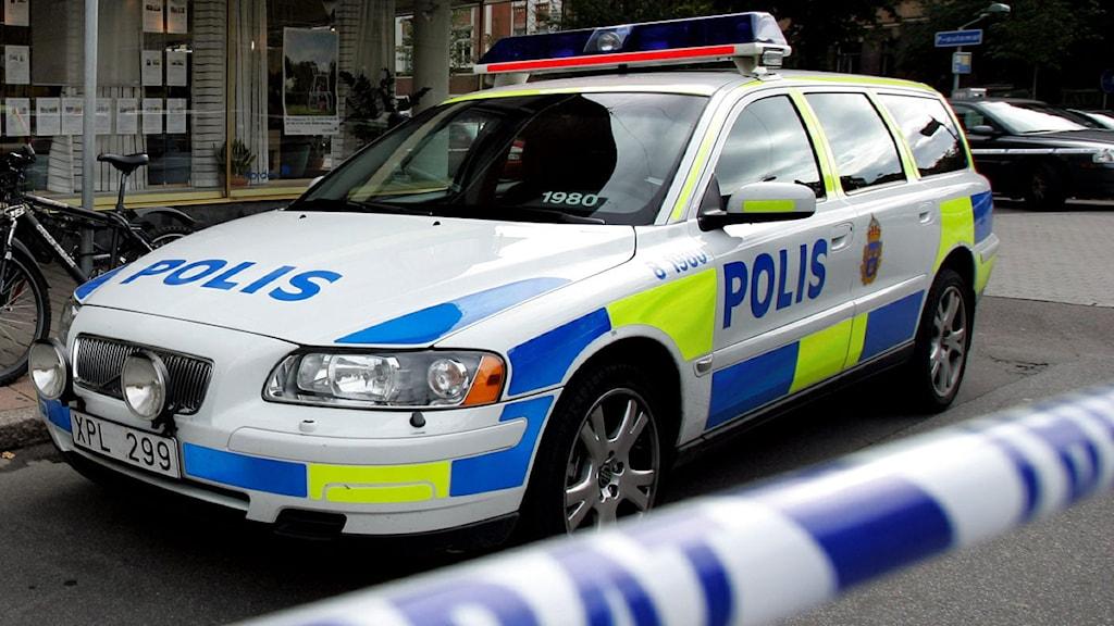 Polisbil bakom avspärrningar