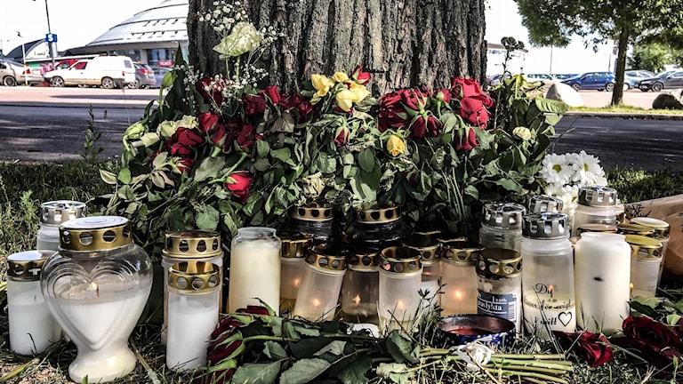 Ljus och blommor vid misstänkta mordplatsen vid Kupolen.