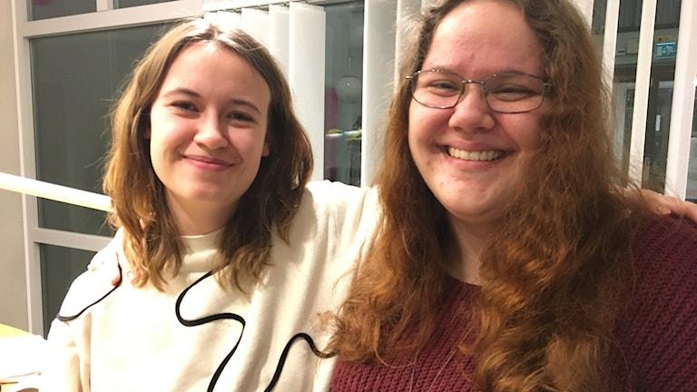 Amelia Brorson och Annika Ekholm tittar in i kameran och ler.
