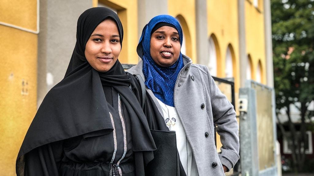 Två kvinnor med slöja står bredvid varandra.