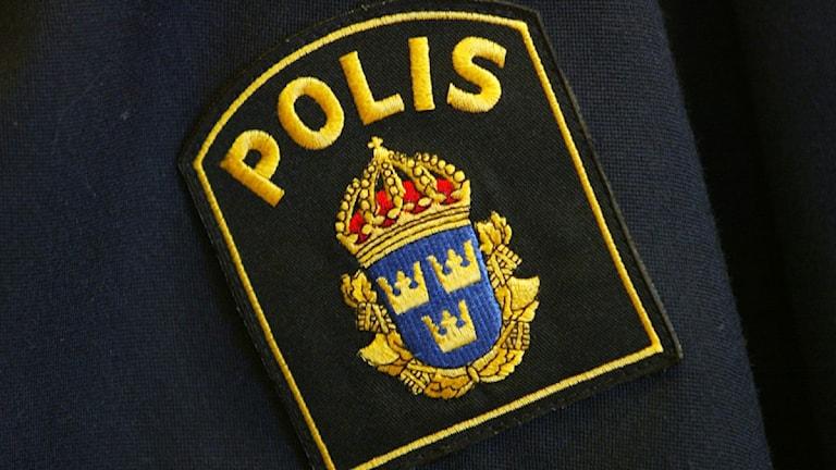 Polismärke på uniform