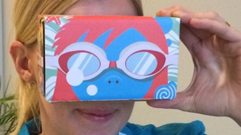 Christina Sundin med VR-glasögonen framför sig