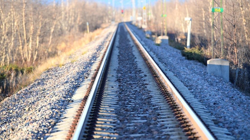 Bilden av en järnvägsräls.