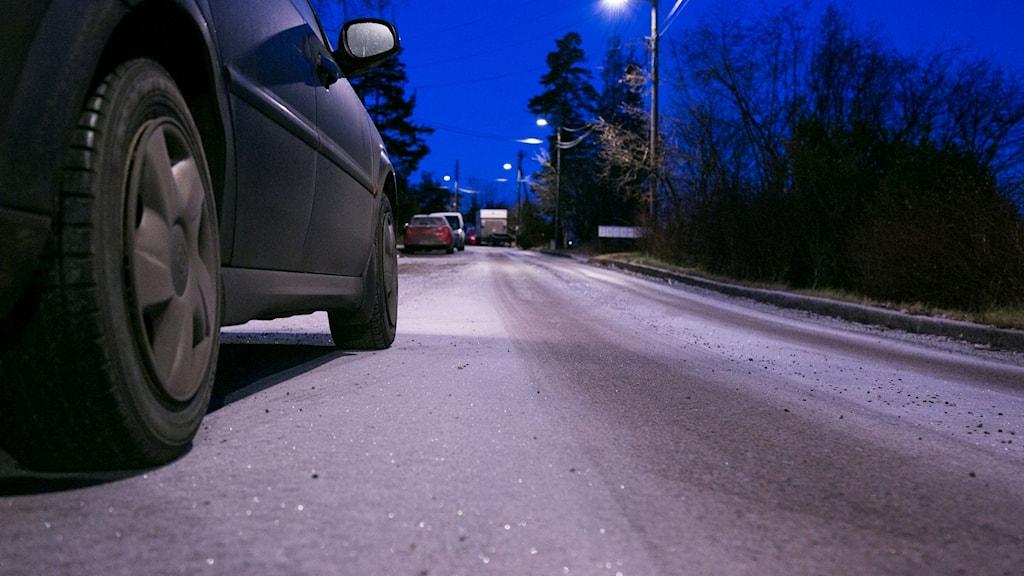 Flera bilar på hal väg en sen kväll.