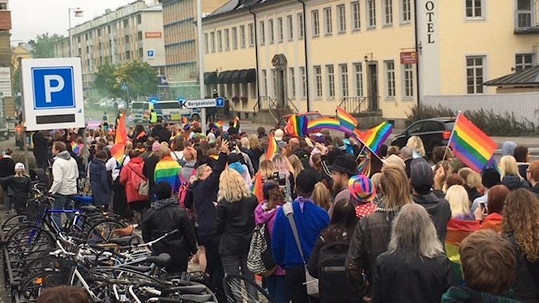Nazistiska nordiska motståndsrörelsen dyker upp mitt under pridetåget i centrala Falun.