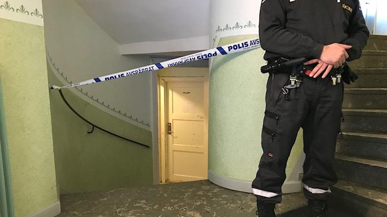 En vakt vaktar i ett avspärrat trapphus.
