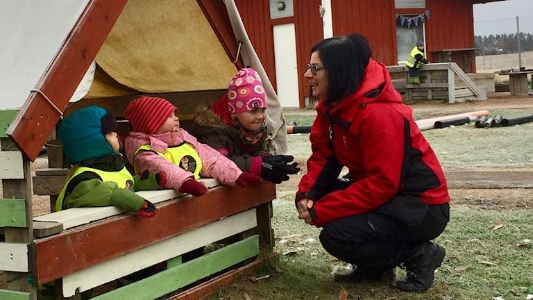 Förskollärare pratar med några barn på förskolan Våga Vilja i Krylbo.