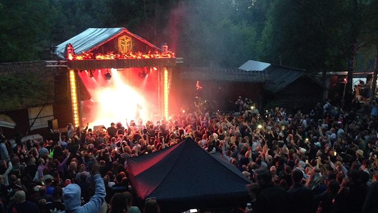 Publik vid scenen på Skankaloss.