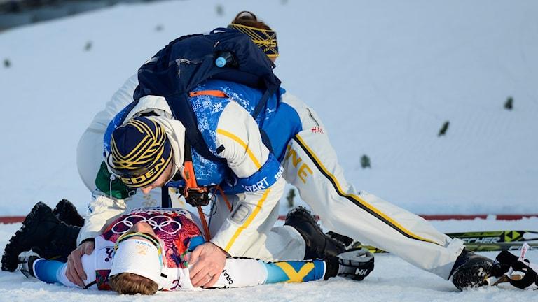 Emil Jönsson blir liggandes efter målgången