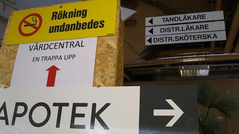 Skyltar till vårdcentralen i Sälen.
