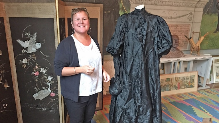 Kvinna vid svart klänning.